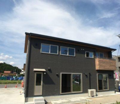 新築実例 シンプルモダン 黒のサイディングに木目のワンポイント